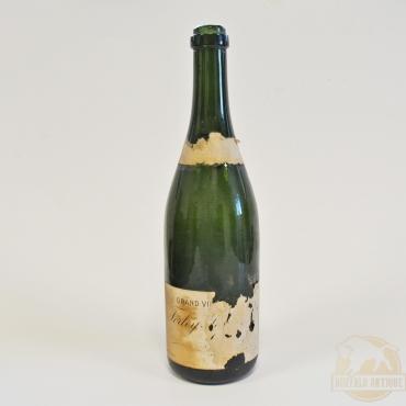 Régi pezsgősüveg címkével