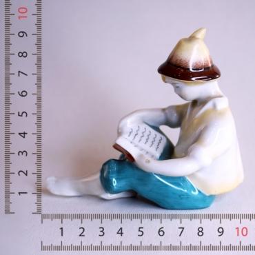 Hollóházi olvasó kalapos fiú
