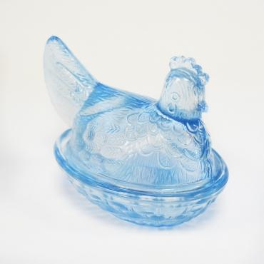 Kék színű üveg kotló tyúk...